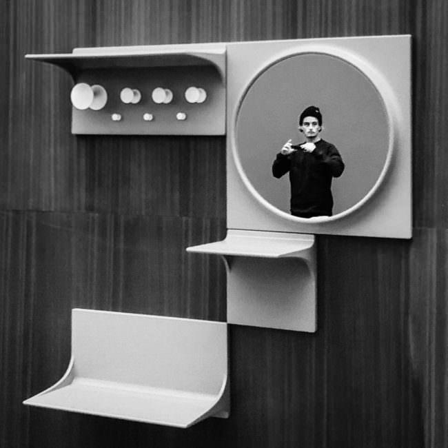 Mann spiegelt sich in einem Spiegel