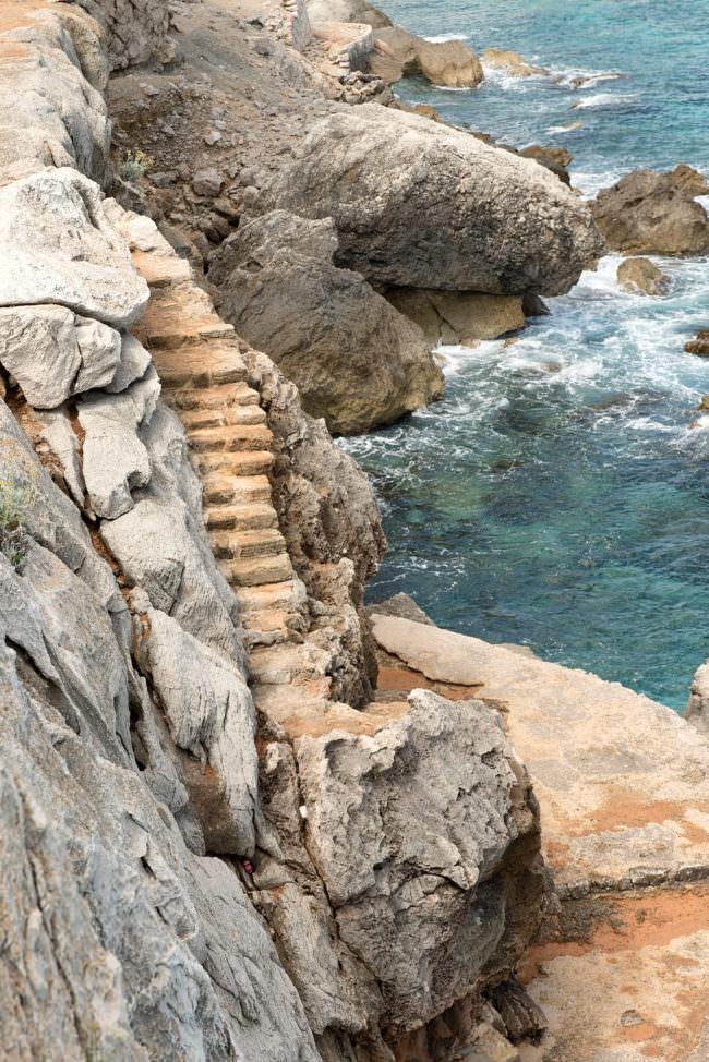 Steintreppe zum Meer