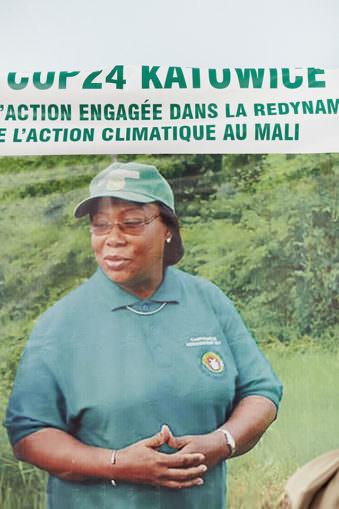 Frau mit grüner Cap und Schriftzug.