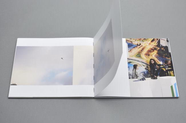 Offenes Buch mit blätternder Seite