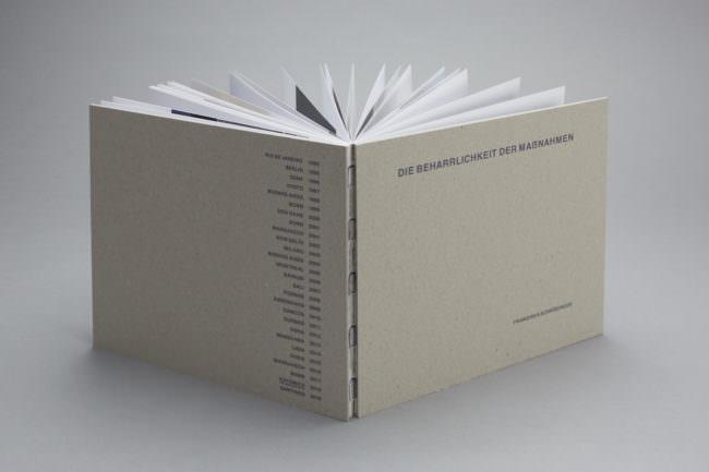 Aufgefächertes Buch von hinten.