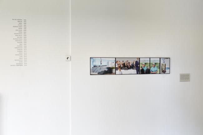 Wand an der Fotografien hängen.