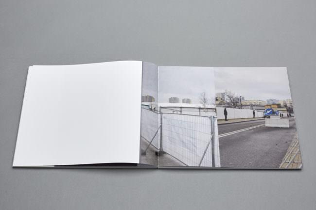Aufgeklapptes Buch mit Bild von Schutzzaun