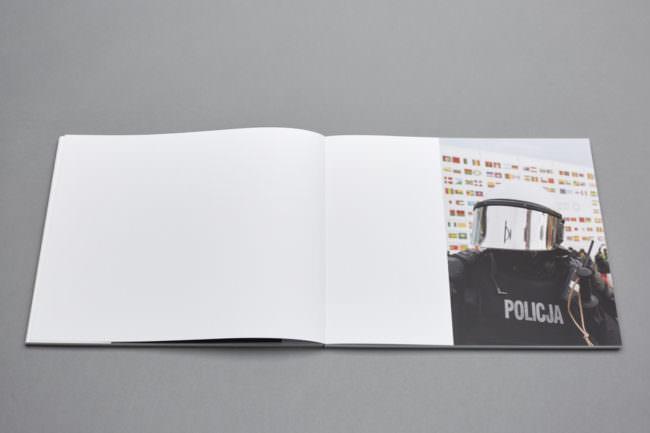 Aufgeklapptes Buch mit Foto eines Polizisten