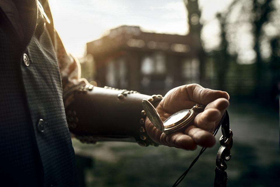 Alte Taschenuhr in einer Hand