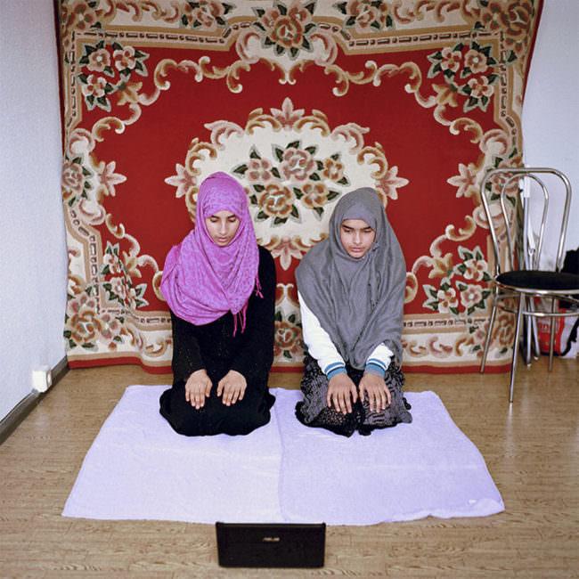 Zwei betende Mädchen