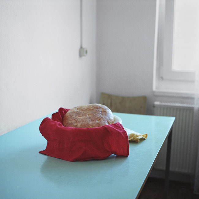 Brot in einer Schüssel auf dem Tisch