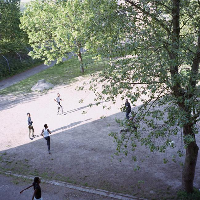 Spielende Kinder auf einem Platz von oben