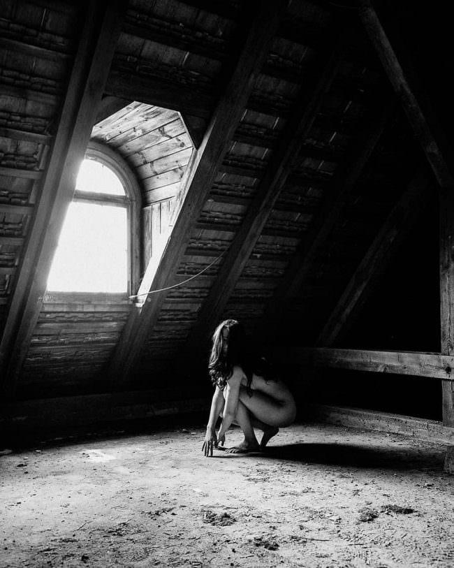 Akt auf Dachboden