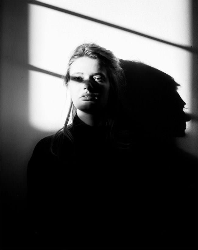 Frauenporrtait mit Schattenstreifen