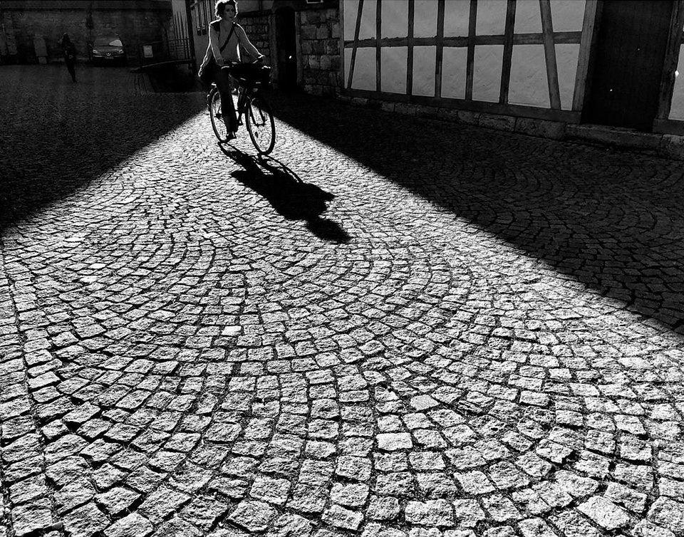 Fahrradfahrerin in Altstadt