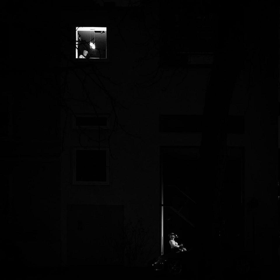 erleuchtetes Fenster im Dunkeln