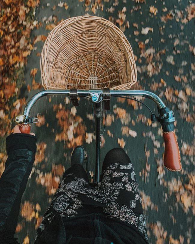 Fahrrad mit Körbchen von oben