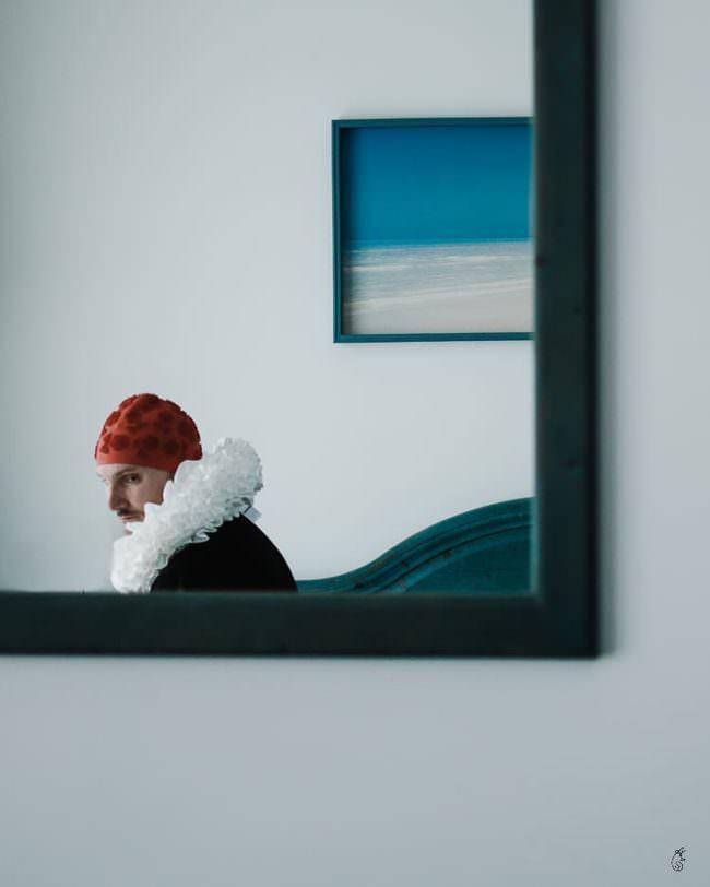 Mann mit Badekappe und Halskrause in einen Spiegel fotografiert