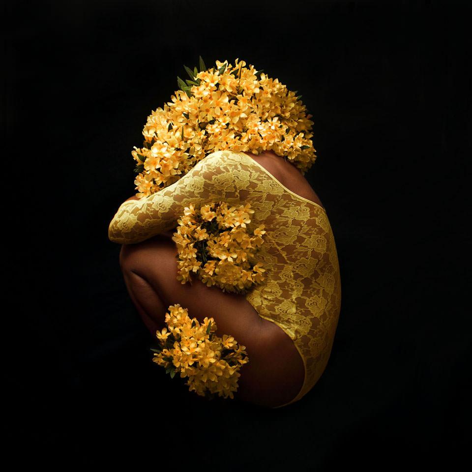 Frauenkörper mit gelben Blüten