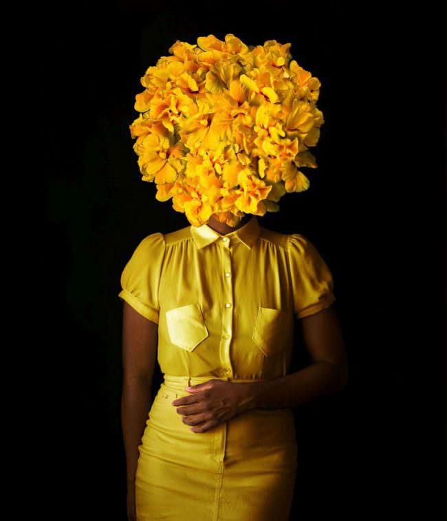 Frau mit gelben Blättern vorm Gesicht