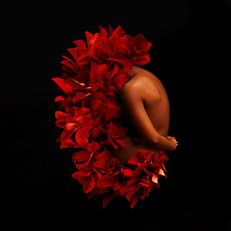 Frauenkörper in roten Blättern