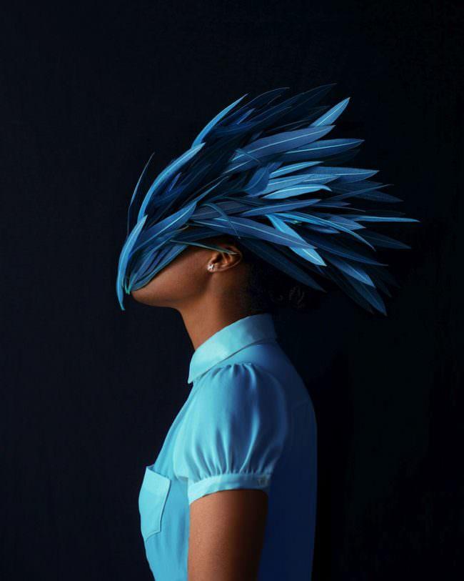 Frau mit Maske aus blauen Blättern