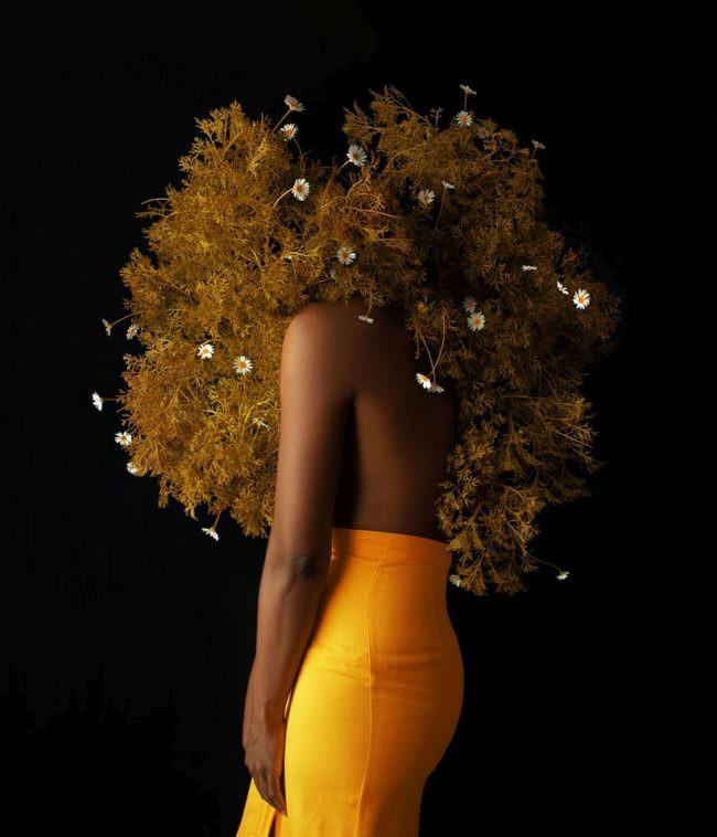 Frau mit Gestrüpp und Blüten