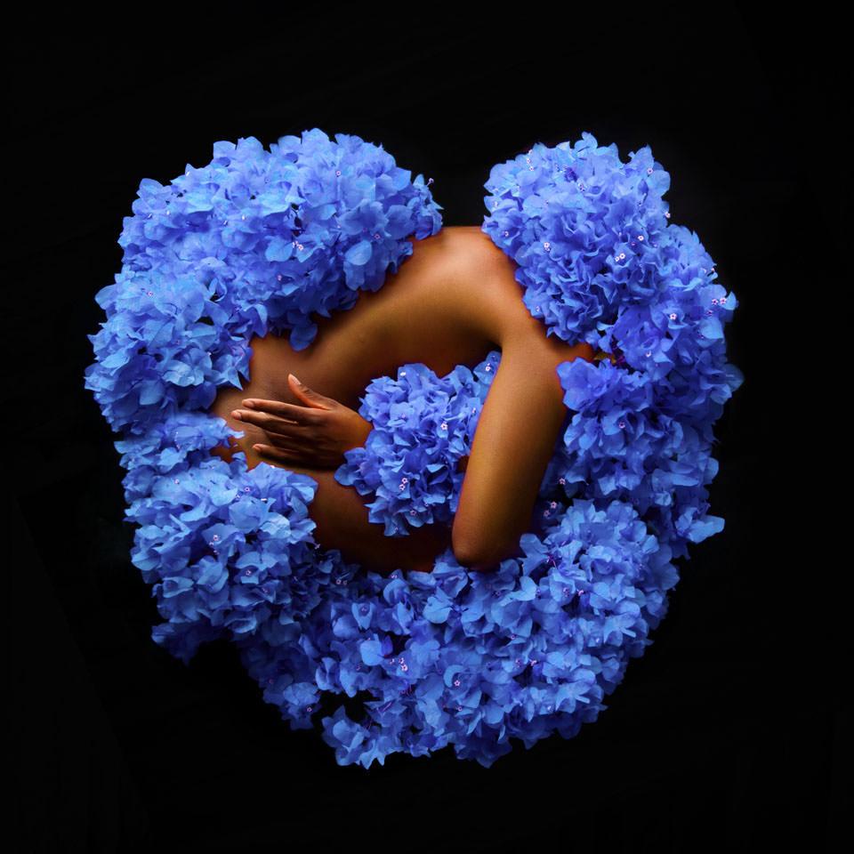 Frauenkörper in blauen Blüten