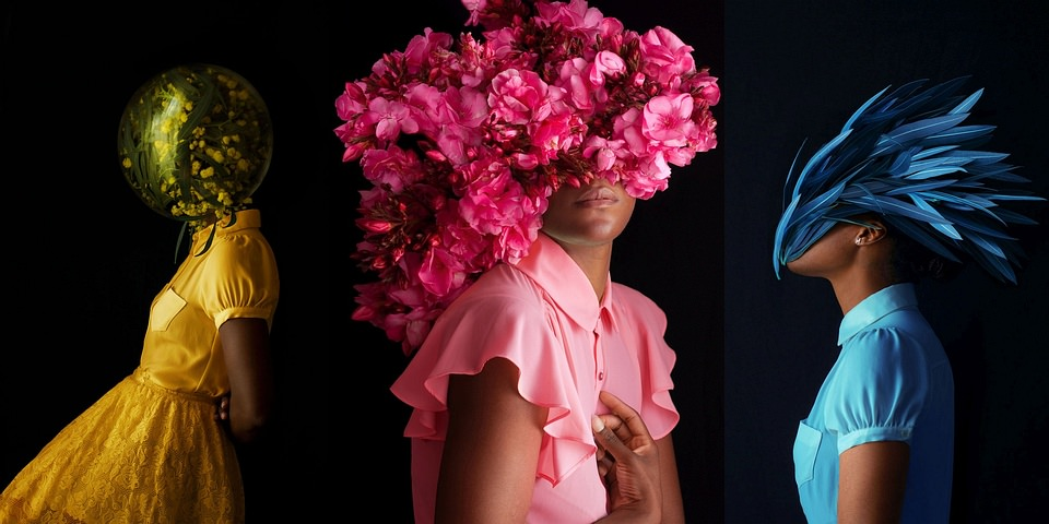 drei Frauen mit bunten Blütenmasken