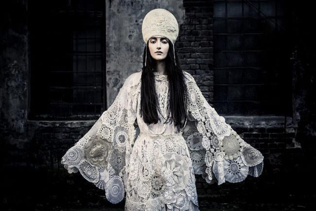 Frau in weißem Kleid und Krone