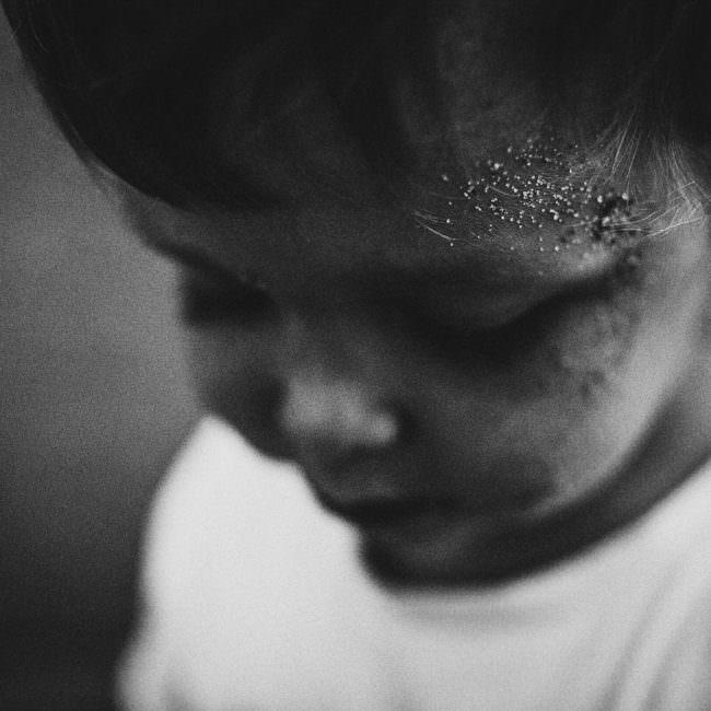Kind mit Sand im Gesicht