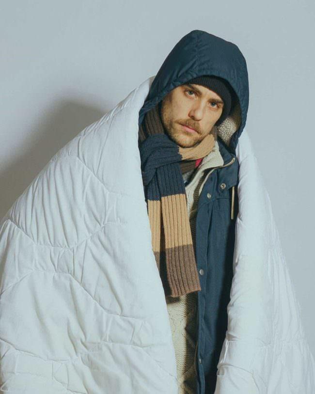 Mensch in Jacke und Decke gehüllt