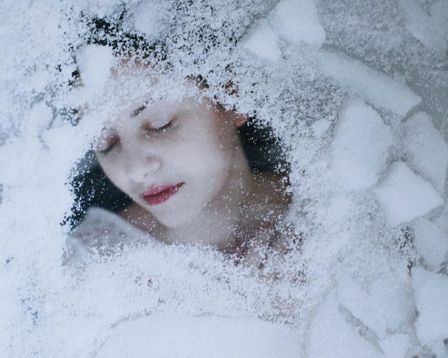 Gesicht unter Eis