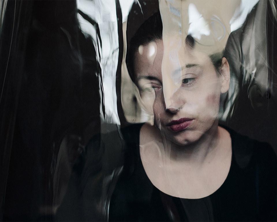 Frau verfremdet mit Reflexionen
