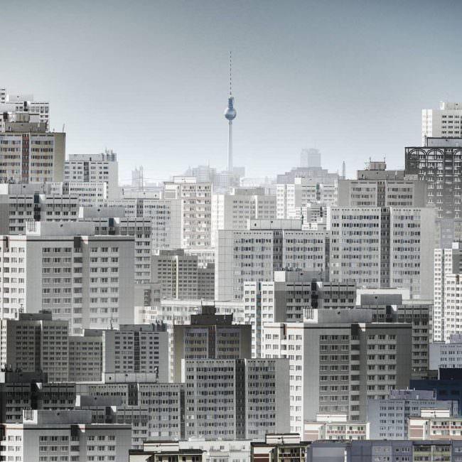 Blick über Hochhäuser auf den Berliner Fernsehturm