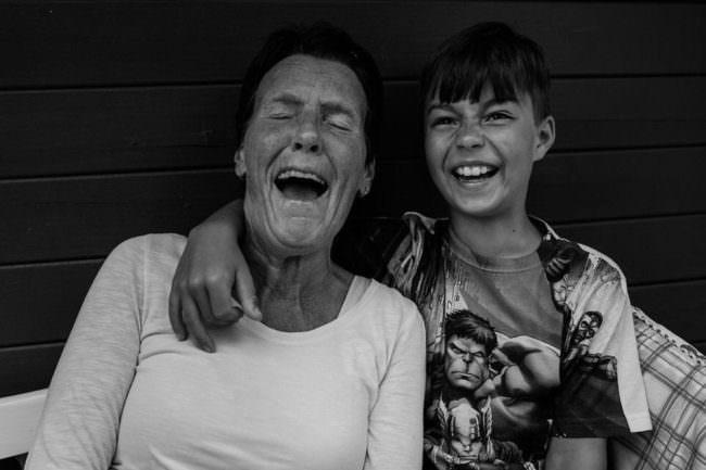 Eine lachende Frau und ein Junge