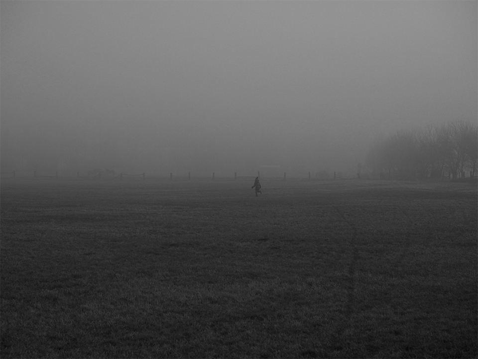 Kind rennt im Nebel