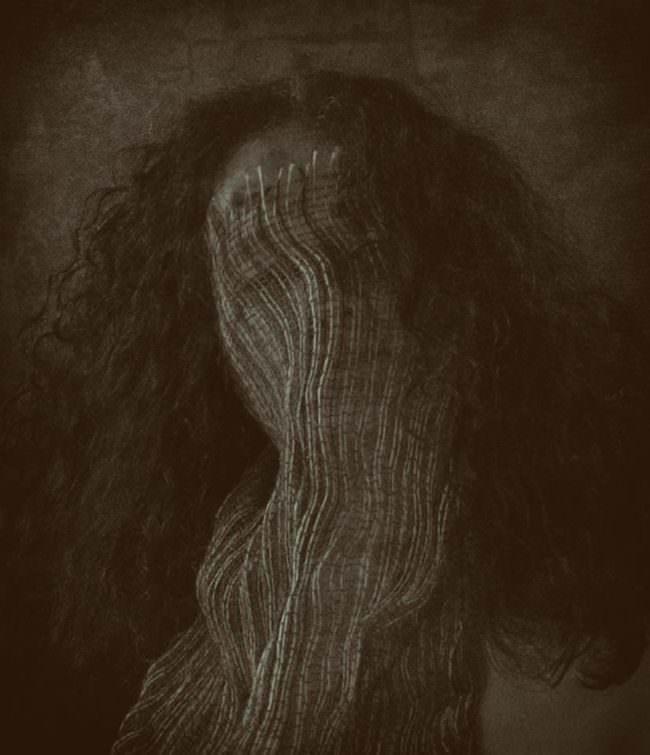 Frau mit Stoff bedeckt