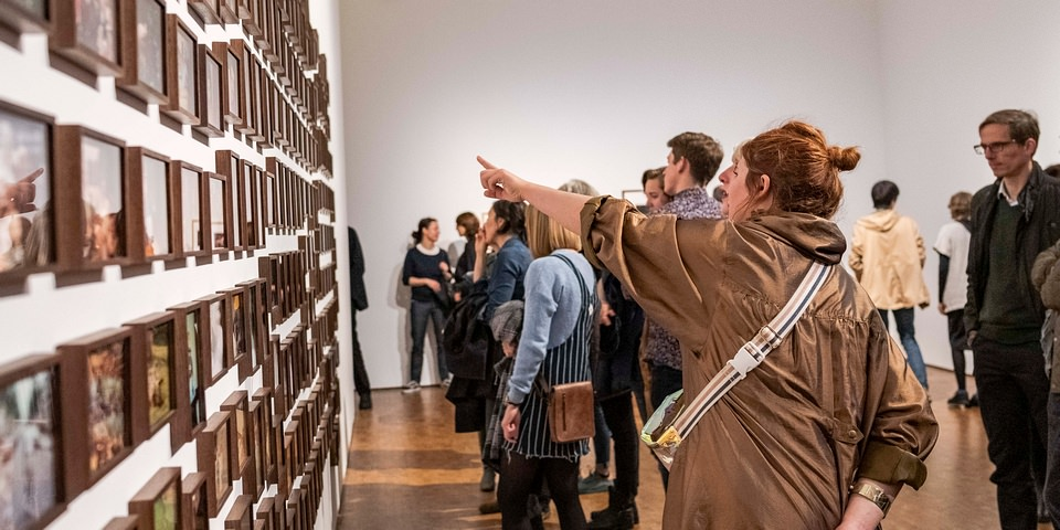 Menschen in einer Ausstellung