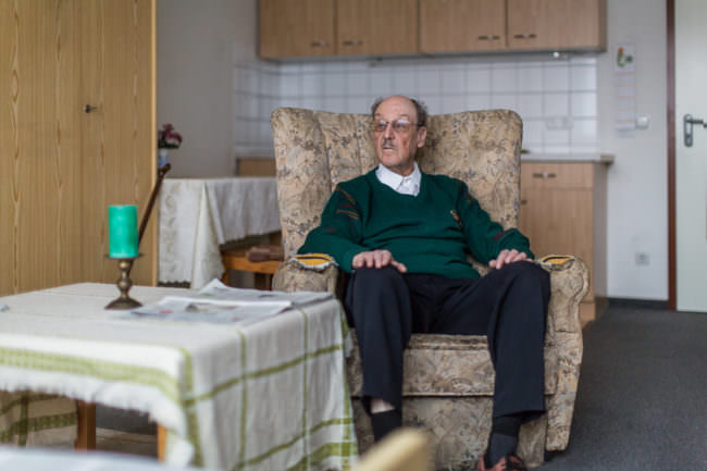 Ein Mann auf einem Sessel