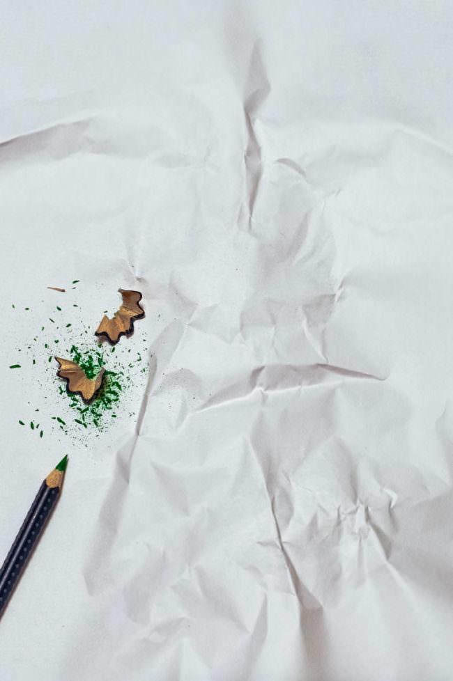 zerknülltes Papier mit Stift und Spitzerresten
