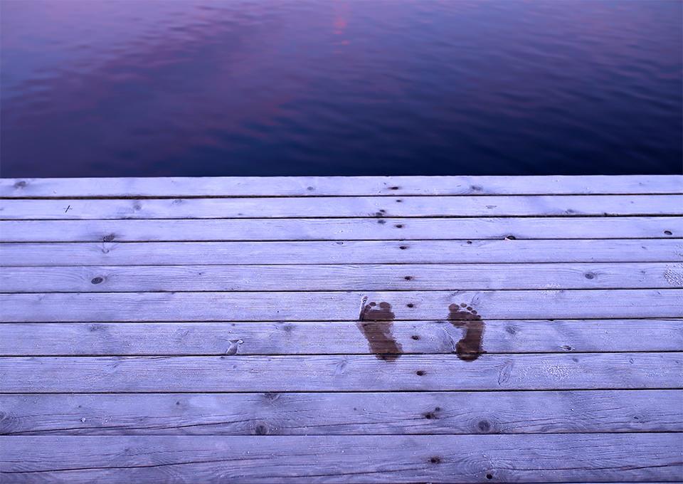 Fußabdrücke auf dem gefrorenem Steg