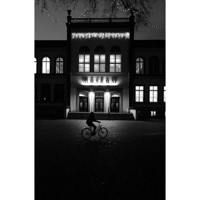Radfahrer vor einem Museum