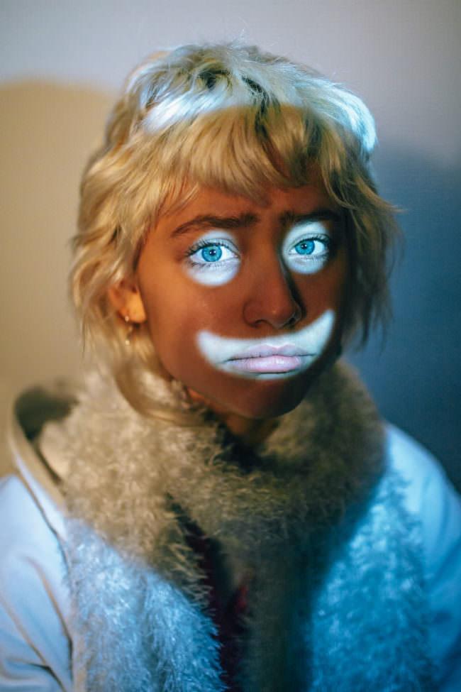 Frauenportrait mit Smiliegesicht aus Licht