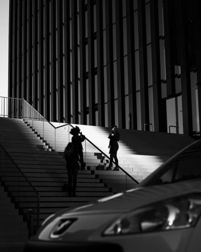 Menschen stehen auf einer Treppe