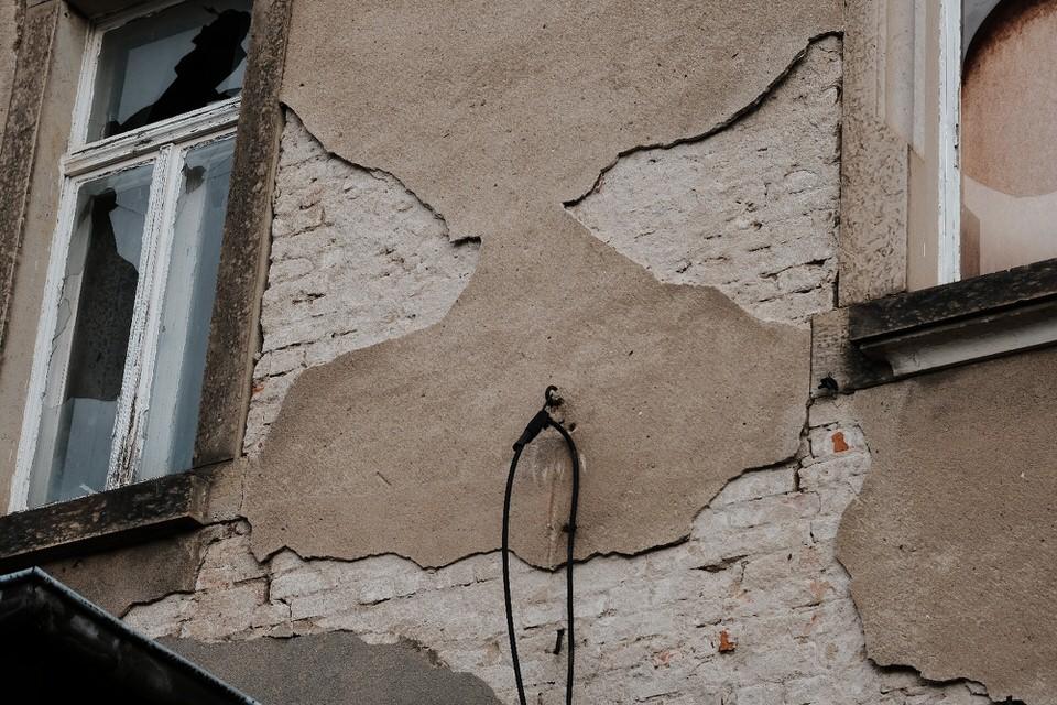 Hauswand mit Pareidolie-Gesicht