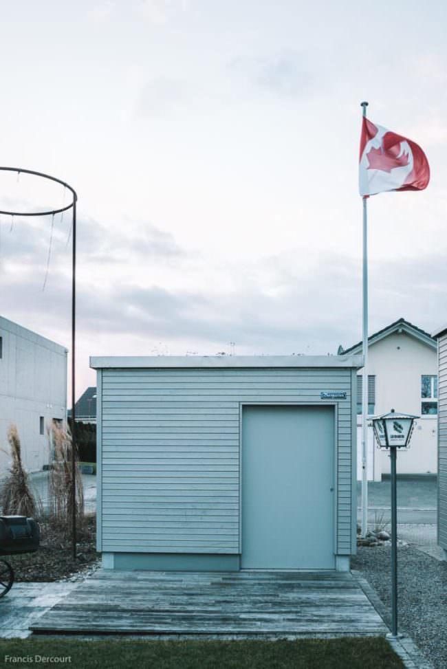 Kleines Haus mit Flagge