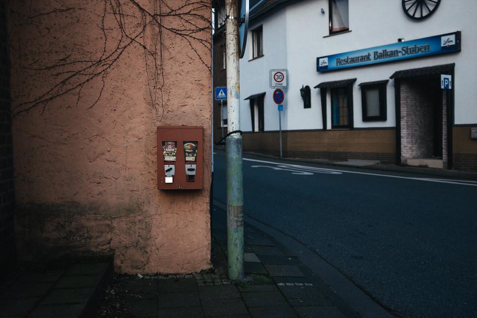 Hauswand mit Kaugummiautomat
