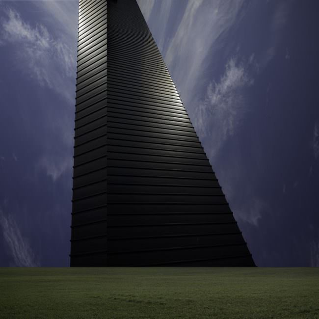 Collage mit Architektur auf Wiese vor Himmel