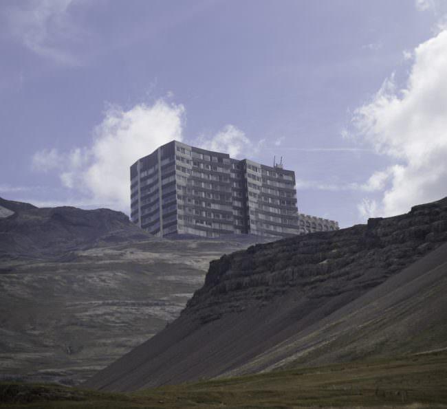 Collage mit Hochhaus auf Gebirge