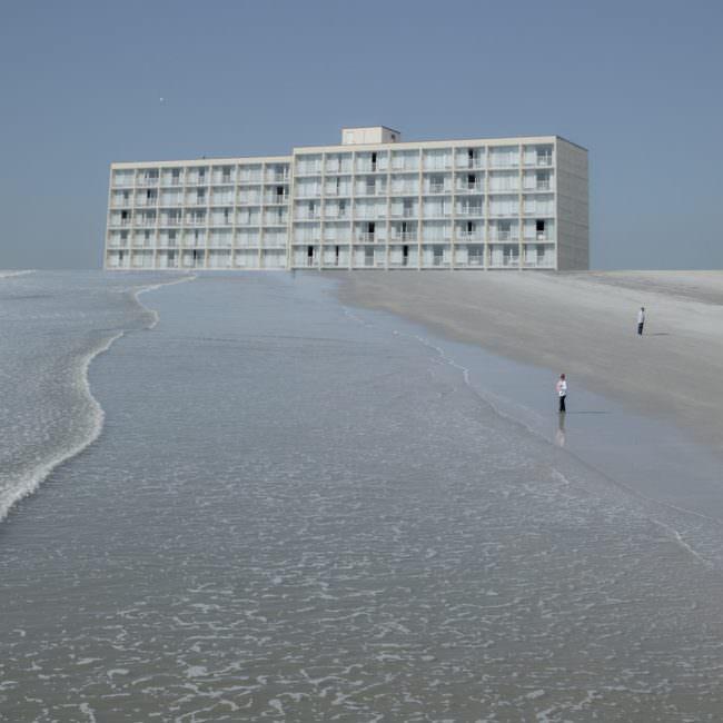 Collage mit Hochhaus am Strand