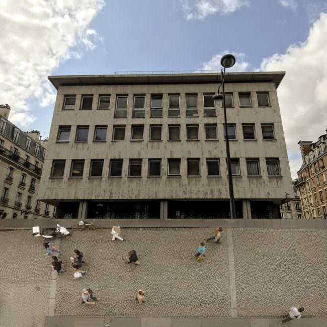 Collage mit Menschen vor einem Gebäude