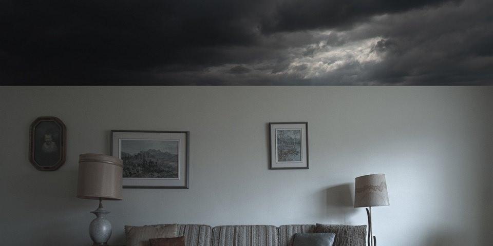 Collage mit Wohnzimmer unter einem Himmel