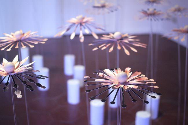 Detail: Rauminstallation Blumen mit Blütenblättern aus Fotos